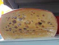 Käse mit Löchern lizenzfreies stockfoto