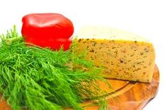 Käse mit Paprika auf Weiß stockfotos
