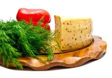 Käse mit Paprikanahaufnahme auf Weiß lizenzfreies stockbild
