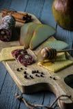 Käse mit Scheiben der Birne stockfotografie