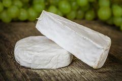 Käse mit Trauben Lizenzfreies Stockfoto