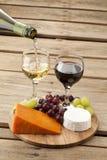 Käse mit Trauben und Wein Stockfotos