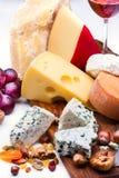 Käse mit Trockenfrüchten und Nüssen lizenzfreies stockfoto