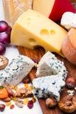 Käse mit Trockenfrüchten und Nüssen stockbild