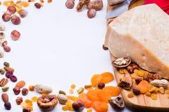 Käse mit Trockenfrüchten und Nüssen stockfotos