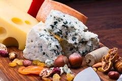 Käse mit Trockenfrüchten und Nüssen lizenzfreie stockbilder
