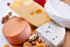 Käse mit Trockenfrüchten und Nüssen lizenzfreie stockfotografie