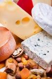 Käse mit Trockenfrüchten und Nüssen stockfotografie