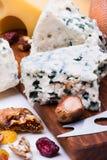 Käse mit Trockenfrüchten und Nüssen lizenzfreies stockbild