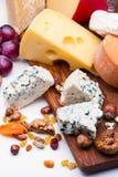 Käse mit Trockenfrüchten und Nüssen stockbilder
