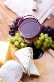 Käse mit weißen Trauben Lizenzfreie Stockfotos