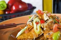 Käse Nachos auf orange Platte Stockfotografie