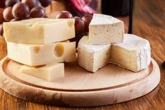 Käse, Olive und Trauben Stockfotografie