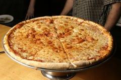 Käse-Pizza auf Mehrlagenplatte Lizenzfreies Stockfoto