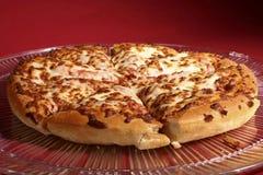 Käse-Pizza auf Platte Lizenzfreies Stockbild