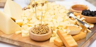 Käse-Platte mit Trockenfrüchten und Honig Lizenzfreies Stockbild