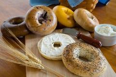 Käse Poppy Seed Bagels mit Sahne Lizenzfreie Stockfotos