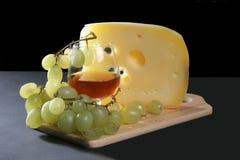 Käse, Rotwein und Traube Stockbilder