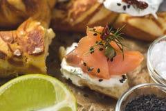 Käse Salmon Canapes mit Sahne, frischer Dill und schwarzer indischer Sesam stockfotos