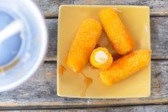 Käse-Stöcke mit Soße Lizenzfreie Stockfotografie