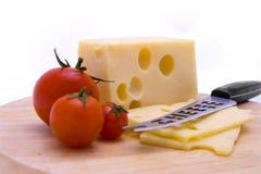 Käse, Tomaten und Messer-Nahaufnahme Stockfoto