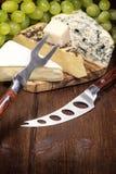 Käse, Trauben des Weißweins, Messer und Gabel Stockbild