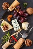Käse, Trauben und Muttern für Picknick. Stockfotografie