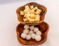 Käse u. in Essig eingelegte Zwiebel Stockbild