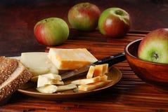 Käse und Äpfel Stockbild