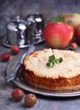Käse und Äpfel des Kuchens mit Sahne lizenzfreies stockbild