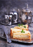 Käse und Äpfel des Kuchens mit Sahne stockfoto