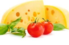 Käse und Basilikum mit Tomatenblattstillleben Lizenzfreies Stockfoto