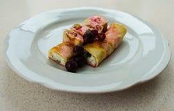 Käse und Beeren des Pfannkuchens mit Sahne stockbilder