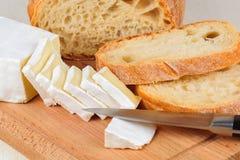 Käse und Brot geschnitten zum Frühstück auf einem Brett Stockfotografie