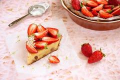 Käse und Erdbeeren des Kuchens mit Sahne Lizenzfreies Stockfoto