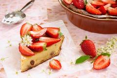 Käse und Erdbeeren des Kuchens mit Sahne Lizenzfreie Stockfotos