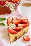 Käse und Erdbeeren des Kuchens mit Sahne Stockbild