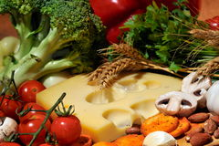 Käse und Frischgemüse lizenzfreies stockbild
