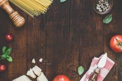 Käse und Gemüse auf Tabelle Stockfotos