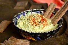 Käse und Grüns Foie mit Kreuzkümmel und Paprika in der türkischen Schale Stockfoto