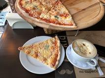 Käse und Kaffee der Pizza vier in einem weißen Becher in einer Draufsicht des Cafés lizenzfreie stockfotografie