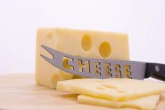 Käse und Messer auf Rand Lizenzfreies Stockfoto
