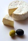 Käse und Oliven Lizenzfreies Stockfoto