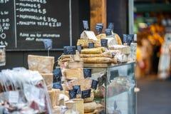 Käse und Salami im London-Stadt-Markt lizenzfreies stockbild
