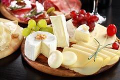 Käse- und Salamimehrlagenplatte mit Kräutern lizenzfreie stockbilder