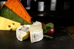 Käse und schwarze Oliven lizenzfreies stockbild