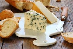 Käse und Stangenbrot Stockfoto