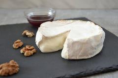 Käse und Stau auf dem Tisch Stockfotografie