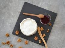 Käse und Stau auf dem Tisch Lizenzfreie Stockbilder