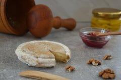 Käse und Stau auf der Steintabelle Lizenzfreies Stockfoto